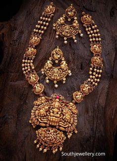 Antique gold Lakshmi haram and chandbalis Antique Jewellery Designs, Indian Jewellery Design, Gold Earrings Designs, Necklace Designs, Indian Bridal Jewelry Sets, Wedding Jewelry, Gold Temple Jewellery, Antique Gold, Blouse