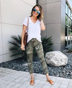 Camo Jeans Outfit, Joggers Outfit, Jeans Outfit Summer, Camo Outfits, Camo Pants, Summer Outfits Women, Simple Outfits, Camo Joggers, Camouflage Pants
