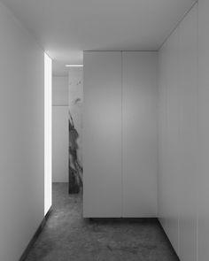El mueble como organizador.  Casa en Murcia | House in Murcia  http://estudioiterare.com/casa-en-murcia/ #arquitectura #esencial #minima #luz #pinterare