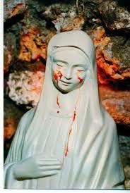 Le lacrime di Maria e i messaggi su guerra e famiglia.