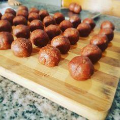 Nuestros bombones son la mezcla perfecta entre avena, mantequilla de maní y dátiles 👌👌 En la foto están formaditos para caer en su baño de chocolate 🍫🌱💚 . . . Recuerda que vendemos en la USS y realizamos entregas en el centro de Concepción, previa reserva de productos 📝😊 . . #vegano #veggie #conce #vegan #concevegan #plantbased #love #peanutbutter #healthyfood #snack #veganfood Uss, Snack, Almond, Chocolate, Spanish, Love, Meal Prep, Cook, Products