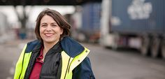 """HHLA Hamburger Hafen und Logistik AG:  Auf die Überholspur: Prozessmanagerin Dr. Nicole Lehmkuhl sorgt mit dem Programm """"Fuhre 2.0"""" auf allen HHLA-Terminals für effizientere Abläufe an den Check-Gates für Container-Trucks."""