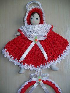 Nao me lembro mais qual foi o blog onde aprendi a fazer essa bonequinha,mas assim que lembrar colocarei os creditos devidos.Ela tem ros...