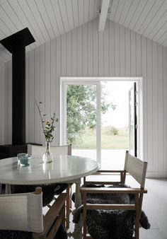 Without trim around the corners Summer House Interiors, Cottage Interiors, Cottage Homes, Modern Cabin Interior, Interior Design, Small Summer House, Sweden House, Summer Cabins, Small Condo