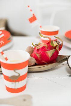 Gobelets rayures corail et son flamant doré en impression. A retrouver sur www.rosecaramelle.fr pour une fête d'anniversaire sur un thème estival couleur corail #corail #deco #delightdepartment #easyandjoyful #anniversaire #fete #birthday #party #doré #gold #tropical #exotique #flamingo #flamantrose