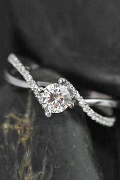 Simple Engagement Rings For Girls Who Loves Classics ❤ See more: www.weddingfo… Simple Engagement Rings For Girls Who Loves Classics ❤ See more: www. Wedding Rings Simple, Wedding Rings Vintage, Wedding Jewelry, Gold Wedding, Simple Elegant Engagement Rings, Simple Rings, Dream Wedding, Wedding Bands, Simple Weddings