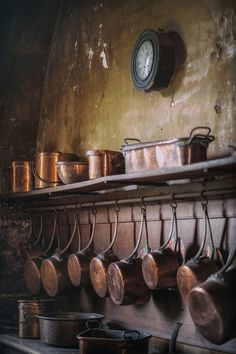Copper pots in old kitchen Château de Commarin, Commarin, Côte-d'Or, Burgundy, France 2016 Country Kitchen Designs, French Country Kitchens, French Kitchen, Farmhouse Style Kitchen, French Country Decorating, Vintage Kitchen, Rustic Farmhouse, Farmhouse Cabinets, Kitchen Rustic