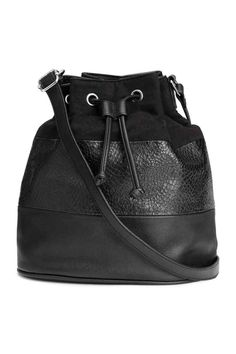 Bucket bag: Block-patterned bucket bag in imitation suede and grained imitation leather with a drawstring and narrow, adjustable shoulder strap at the top. Lined. Size 15.5x24x27.5 cm.