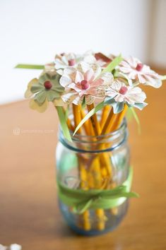 Teacher Appreciation Gift Ideas - Wow, I love these pencil flowers. They will make a great gift for a teacher, whatever the occasion. Just add pre-cut shabby chic paper flowers onto the tops of pencils. Cute Teacher Gifts, Teacher Appreciation Gifts, Mason Jar Crafts, Mason Jars, Homemade Gifts, Diy Gifts, Holiday Gifts, Pencil Toppers, Creation Deco