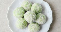 The delicious pairing of matcha and coconut has come together again in this recipe for colorful, nutrient-packed coconut bliss matcha balls!