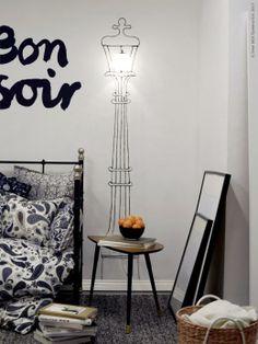 Låt dig inspireras av en höstpromenad vid floden Seine i Paris. Måla en klassisk lyktstolpe direkt på väggen, sätt upp en MINUT vägglampa, volià! SVELVIK dagbädd, SÖTBLOMSTER påslakan, ÅKERKULLA kuddfodral, BASNÄS matta.