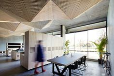 originelle abgehängte Decke Paneele Holz Büro