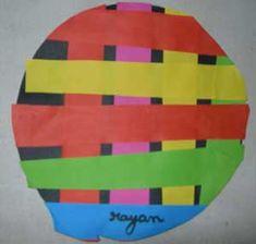 galette faite de bandes de papier multicolores Petite Section, Crafts For Kids, Collage, Fun, Winter Time, Paper Scraps, Paper Strips, King And Queen Crowns, Crafts For Children