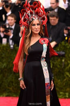 Sarah Jessica Parker Photos Photos: 'China: Through The Looking Glass' Costume Institute Benefit Gala - Arrivals Tom Kaulitz, Sarah Jessica Parker, Celebrity Red Carpet, Celebrity Style, Philip Treacy Hats, Hollywood, Gala Dresses, Dressed To The Nines, Costume Institute