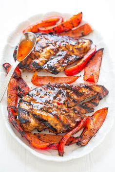 Sweet chili grilled chicken - tender, juicy, and full of flavor from the sweet Grilled Lemon Chicken, Grilled Chicken Tenders, Healthy Chicken, Healthy Grilling Recipes, Grilled Steak Recipes, Tilapia, Muesli, Sin Gluten, Chipotle