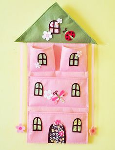 Felt & Fabric Pink House Bow Holder and wall par AContinualFeast Felt Diy, Felt Crafts, Fabric Crafts, Sewing Patterns For Kids, Sewing Projects For Kids, Crafts To Sell, Diy And Crafts, Baby Clothes Blanket, Baby Accessories