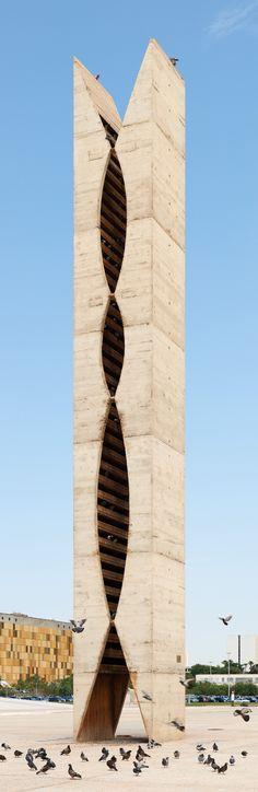 O pombal. Escultura de concreto. 1961. Oscar Niemeyer. Localiza-se na Praça dos Três Poderes em Brasília, Brasil.  Fotografia: Eric Gaba.