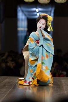 Oiran & Geisha | The maiko Ayaha dancing. She is gorgeous in blue!...