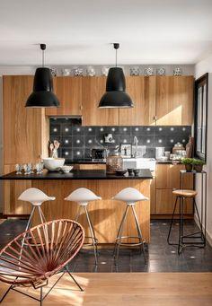 Une cuisine entre noir et bois pour réchauffer l'ambiance