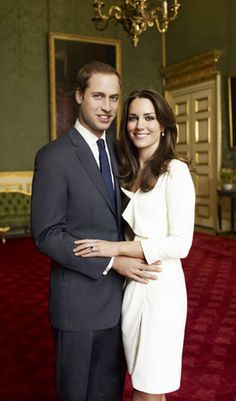 Kate Middleton, the Duchess of Cambridge, wearing her Links of London white topaz Hope Egg Earrings in her official engagement photos to Prince William. William Kate, Kate Middleton Prince William, Prince William And Catherine, Kate Middleton Family, Style Kate Middleton, Principe William Y Kate, Royal Family Portrait, Duchesse Kate, Style Royal
