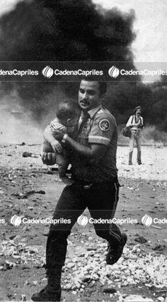 Funcionario rescata a bebé en los alrededores de la Planta eléctrica de Tacoa, durante el incendio ocurrido en la misma. Foto: Archivo Fotográfico/Cadena Capriles
