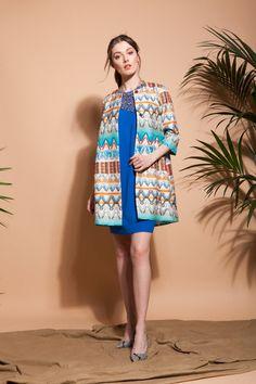 Look Elisa Rivera con vestido azul y abrigo de estampado étnico. #womenswear #womenstyle #stylish #cute #fashionwomen