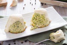 Lo sformato di zucchine è un appetitoso antipasto servito in monoporzioni, realizzando con zucchine, uova formaggio e accompagnato con la salsa Mornay