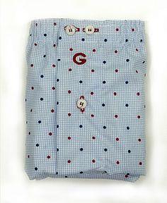 Costura Americana) Boxer de Tela Giulio, corte clásico con motivos de tópitos en azul y rojo sobre un cuadrito en azul celeste. Modelo Blade. 100% Algodón.
