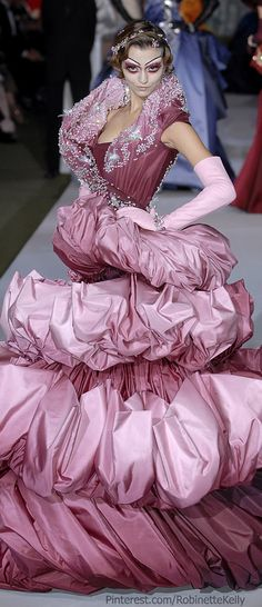 I love the colors, I love Dior, but SERIOUSLY, this looks like a bunch of stacked throw pillows! Christian Dior Haute Couture F/W 2007 (BB) Dior Fashion, Fashion Mode, Fashion Week, Runway Fashion, Fashion Show, Fashion Design, John Galliano, Galliano Dior, Dior Haute Couture