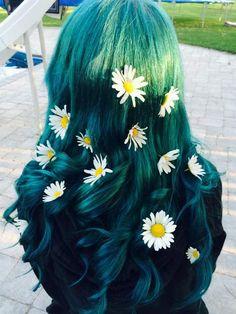 Green hair discovered by D. on We Heart It Swag Hairstyles, Pretty Hairstyles, Hairstyle Ideas, Glamorous Hair, Coloured Hair, Dream Hair, Crazy Hair, Rainbow Hair, Cool Hair Color