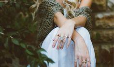 Donne e gioielli: un binomio indissolubile. Fin dalle epoche più antiche la donna è stata sempre rappresentata come una amante delle pietre preziose e dei gioielli in generale. Anche se negli anni le metodologie di acquisto sono cambiate, basti pensare al grande sviluppo dell'e-commerce che