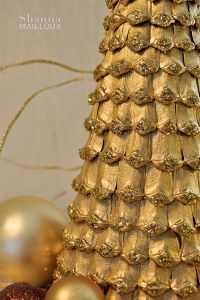 Christmas tree made bumps very original a Christmas tree with your own hands can be made from pine cones. But we will not use bumps entirely, and use only their husk to Christmas tree turned out not too bulky. So, to begin with separable from bumps its husk. This can be done