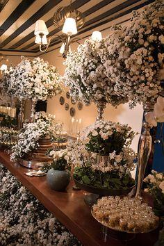 Mesa de doces - casamento na fazenda - decoração com flores brancas ( Foto: Flavia Vitoria | Flores: André Pedrotti )