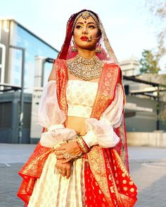 Red and white lhengha. Heavy jewellery and bridal makeup Indian Bridal Outfits, Indian Bridal Fashion, Indian Bridal Makeup, Indian Dresses, Bridal Dresses, Bridal Beauty, Pakistani Dresses, Indian Sarees, Anushka Sharma