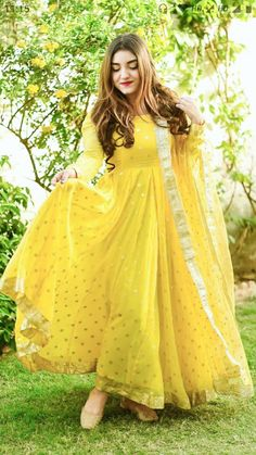 Indian Long Dress, Party Wear Indian Dresses, Gown Party Wear, Indian Gowns Dresses, Indian Skirt, Formal Dresses, Simple Pakistani Dresses, Pakistani Wedding Outfits, Indian Bridal Outfits