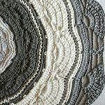 """248 Likes, 20 Comments - Arqtª. Eliza Buzzetti (@arquiteturaecroche) on Instagram: """"Que lindo!  Lindo! Lindo! #tapete #crochet #croche #fiodemalha #feitoamao #artesanato #arte…"""""""