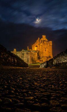 Night path to Eilean Donan Castle, Scotland - Follow the star!