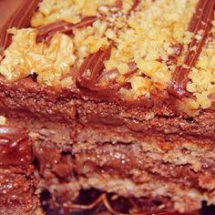 Seu Natal será muito mais doce com um dos nosso deliciosos bolos Di Norma!!!  Bolo de Chocolate com Nozes: Massa de nozes recheada e coberta com brigadeiro e pedaços de Nozes.  #Natal #DiNorma #instagood #cake #love #photooftheday