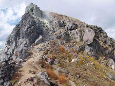 噴煙を上げる焼岳山頂部