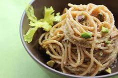Spaghetti al pesto di sedano bianco e pistacchi ricetta, basilico