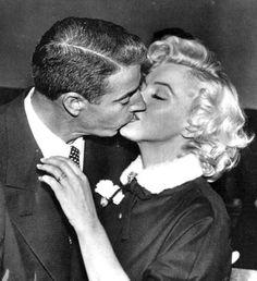 Joe DiMaggio & Marilyn Monroe wedding - The 50 Best Celebrity Wedding Dresses of All Time Marilyn Monroe Wedding, Marilyn Monroe Quotes, Marylin Monroe, Joe Dimaggio, Old Hollywood, Classic Hollywood, Hollywood Couples, Mia Farrow, Judy Garland