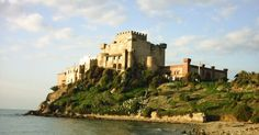 Scopri il Castello di Falconara! Butera   In origine era una torre concessa nel 1362 ai Santapau di Butera che passò poi ai principi Branciforti, diventando l'odierno castello di Falconara.