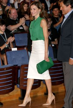 Queen Letizia of Spain inaugurates the summer courses of 'International School of Music' of Princess of Asturias Foundation on July 2017 in Oviedo, Spain. Office Outfits, Mode Outfits, Look Street Style, Pencil Skirt Outfits, Royal Dresses, Elegantes Outfit, Power Dressing, Looks Chic, Professional Outfits