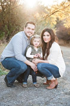 Cute family of 3 pic Family Picture Poses, Family Photo Sessions, Family Posing, Family Photo Shoot Ideas, Family Christmas Pictures, Fall Family Photos, Family Pictures What To Wear, Family Portraits What To Wear, Family Of 3