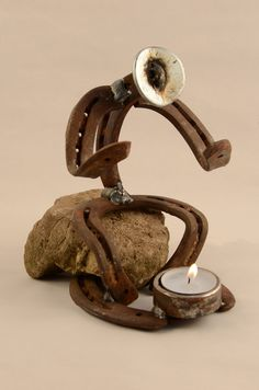 Alte Hufeisen als Figur. Table Lamp, Ideas, Home Decor, Horse Shoes, Figurine, Kunst, Table Lamps, Decoration Home, Room Decor
