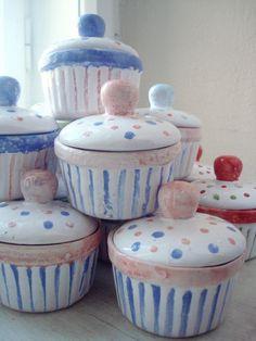 Formička na muffin Formičky na muffins a cupcake..a nebo na něco úplně jiného:-)))) Barevné,veselé,roztančené formičky s pokličkami na dobroty. Vysoké 5 cm,s pokličkou 9 cm,široké 9,5 cm Cena za kus :-)