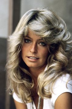 Farrah Fawcett always preferred to use the ash blonde hair color. I've never seen her with a different hair color. and of this open platinum blonde and gold hair color. Farrah Fawcett, Photo Portrait, Cool Haircuts, Celebrity Hairstyles, 80s Hairstyles, Feathered Hairstyles, Celebs, Celebrities, Classic Beauty