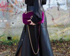 So stylst du einen Lederrock für den den Herbst richtig ! Mehr Stylings und Trends auf meinem Modeblag Sandra Levin. Rock/ Leder/Gucci Marmont/ schwarz/pink/ Fashion/ Mode