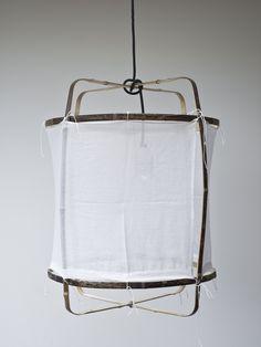 Lampa i böjd bambu och handvävt bomullstyg. Studio Bulb-lampa ingår i priset. Ay Illuminate är baserat i Nederländerna med produktion i Asien och Afrika. Fokus ligger på lokalt hantverk, naturliga material och organiska former.