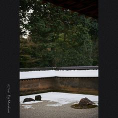 https://flic.kr/p/RqoFsP | Drops | Kyoto Ryoan-ji temple , JAPAN , Sony Alpha 7r2 , Leitz Summicron 50mm(rigit 2nd)                                シャッタースピードを上げると屋根からの滴がはっきり写ります。 石庭を撮るのにはちょっと邪魔でしたけどね(^_^;)